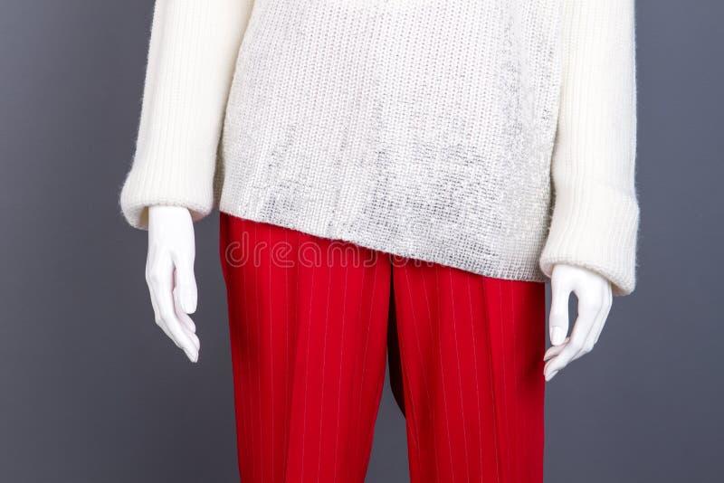 Schließen Sie herauf weiblichen Pullover und Hose lizenzfreie stockfotos