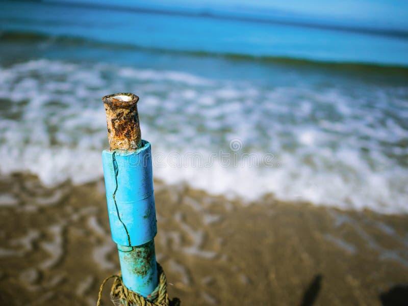 Schließen Sie herauf Weinlese-Wasser-Tiefen-Markierung auf dem Strand mit endlosem Horizont stockfotos