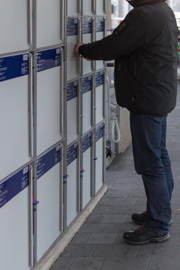 schließen Sie Kasten auf einer Bahnstation zu lizenzfreies stockbild