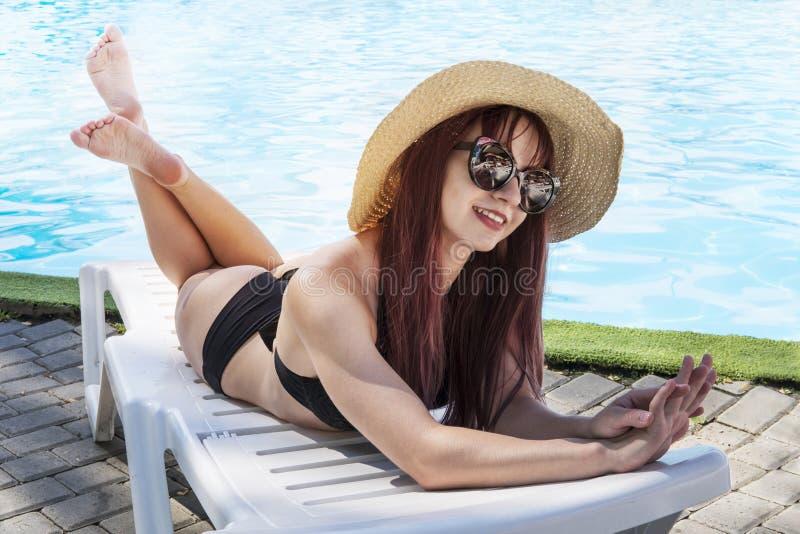 Schließen Sie Mode Sommerportrait von einer wunderschönen Frau, liegt in der Nähe von Pool, entspannen und Sonnenbaden Trendsette stockfoto