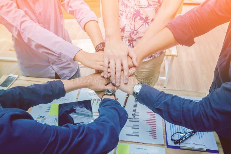 Schließen Sie oben, asiatischer Geschäftsmann der Handgruppe schaffen zusammen gegenseitig nützlichen geschäftlichen Beziehungen  lizenzfreies stockfoto