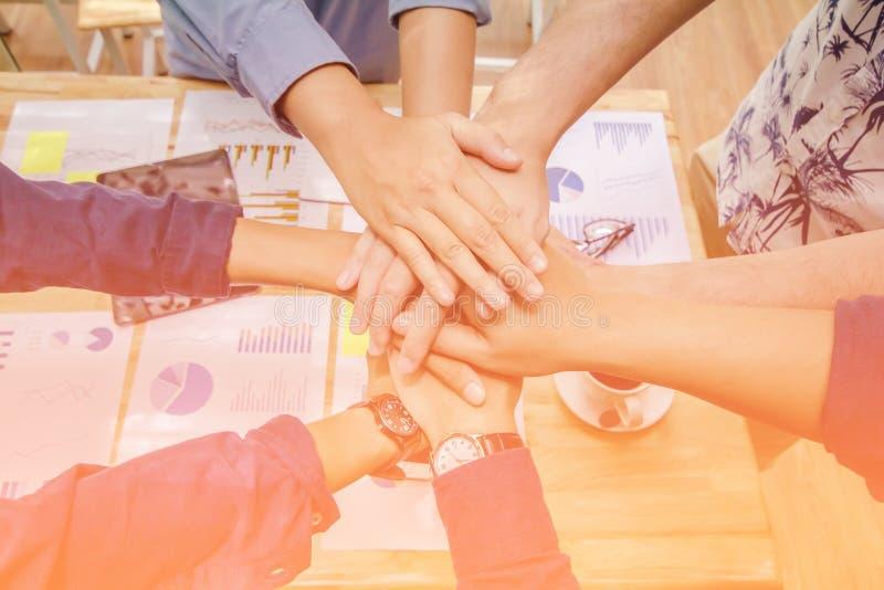 Schließen Sie oben, asiatischer Geschäftsmann der Handgruppe schaffen zusammen gegenseitig nützlichen geschäftlichen Beziehungen  lizenzfreie stockfotografie