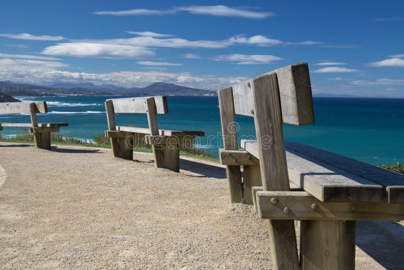 Schließen Sie oben auf Bänke auf Küstenfußwegenklippe, Entspannungskonzept, bewundern szenische Vogelperspektive auf atlantischer lizenzfreie stockfotografie