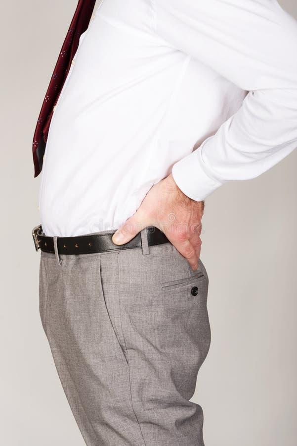 Schließen Sie oben auf dem Geschäftsmann, der unter Rückenschmerzen leidet stockbilder