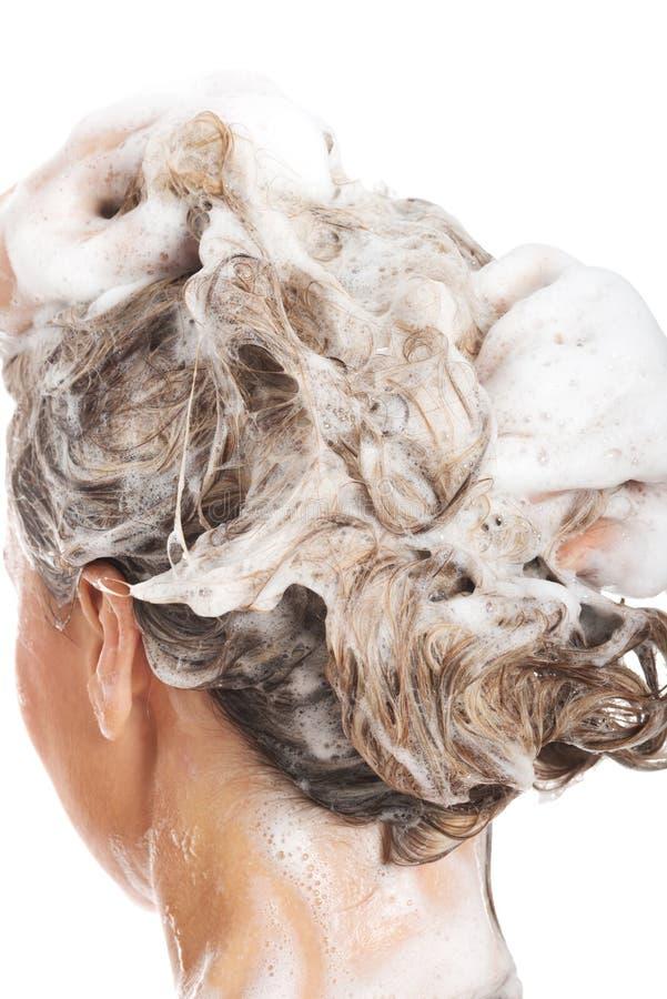 Schließen Sie oben auf dem Kopf der Frau mit Shampoo. stockfoto