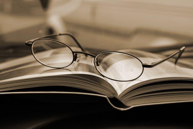 Schließen Sie oben auf den Gläsern und der Zeitschrift lizenzfreies stockfoto