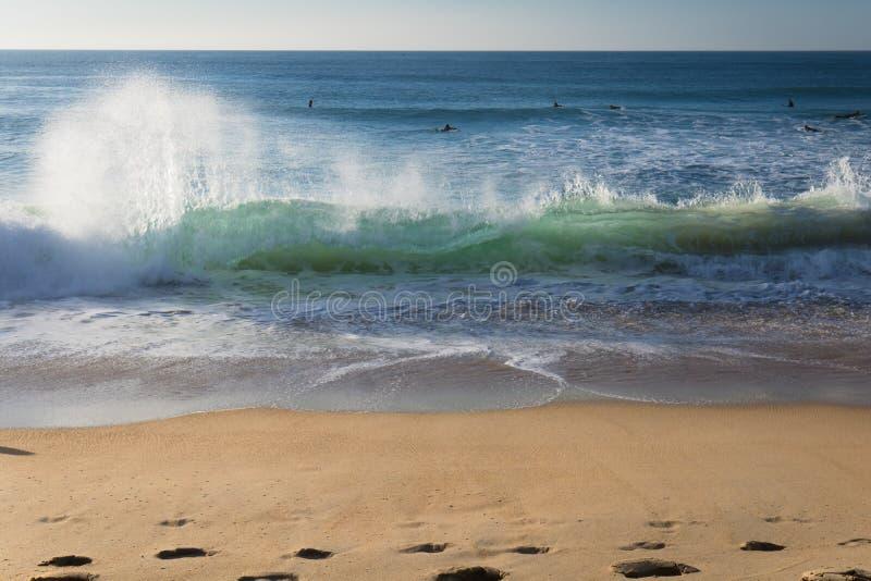 Schließen Sie oben auf der brechenden Welle, die kommt, auf sandigem Strand der atlantischen Küste, capbreton, Frankreich unterzu stockbild