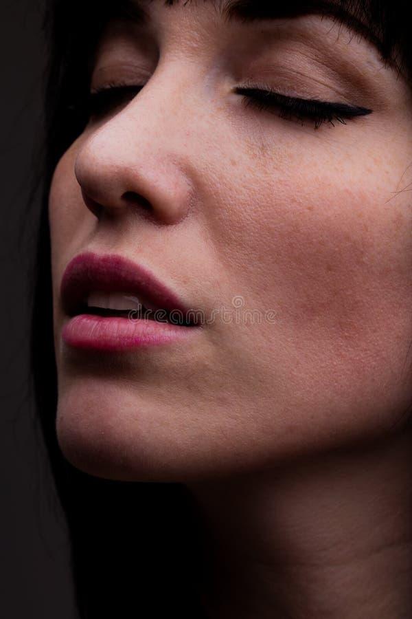 Schließen Sie oben auf Frau mit sinnlichem Ausdruck lizenzfreies stockfoto