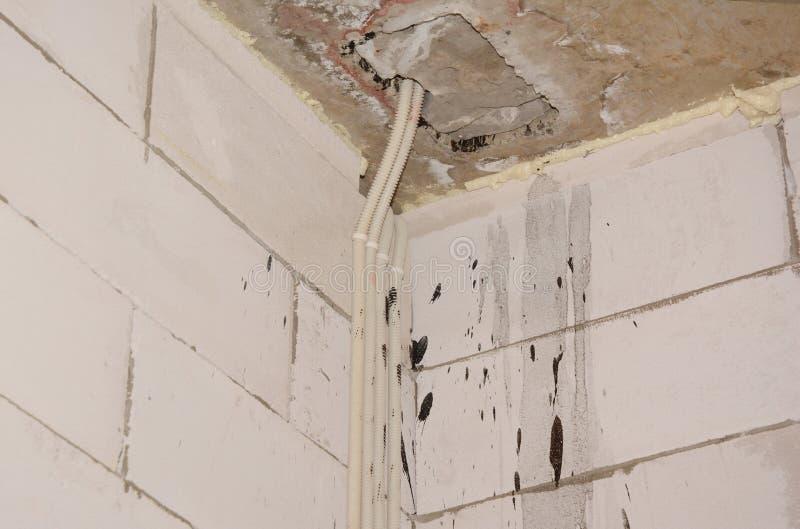 Schließen Sie oben auf Hausbauecke mit elektrische Rohrleitung versteckten Drähten lizenzfreie stockfotos