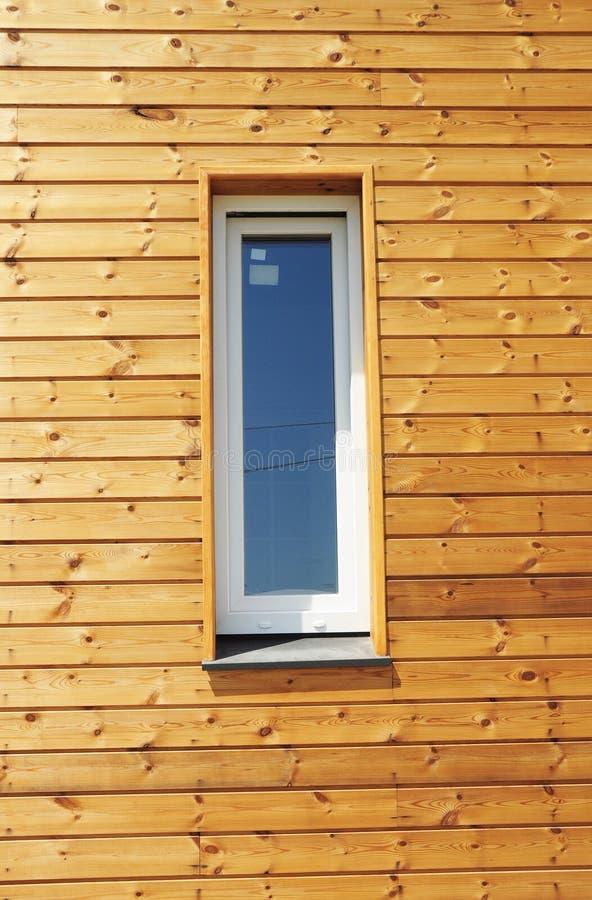 Schließen Sie oben auf Plastik-PVC-Fenster in der neuen modernen passiven Holzhaus-Fassaden-Wand stockbild