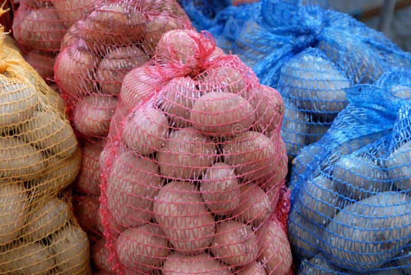 Schließen Sie oben auf Säcken Kartoffeln von verschiedenen Farben lizenzfreie stockfotografie