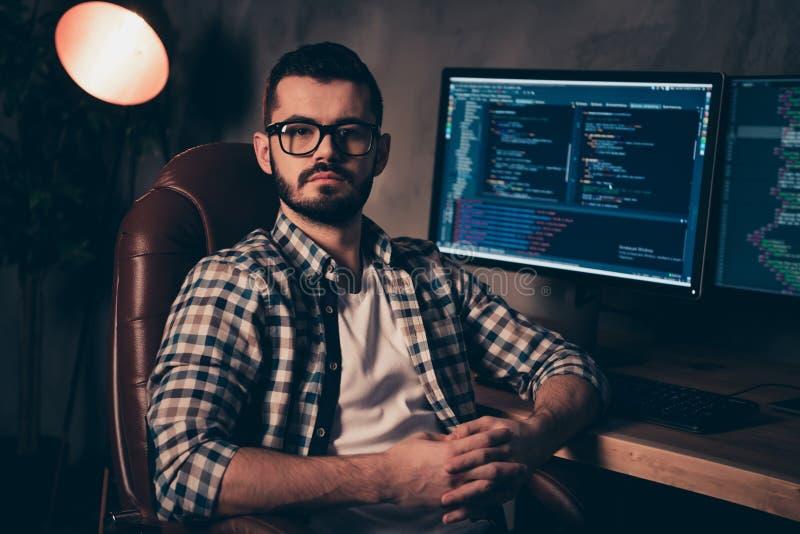 Schließen Sie oben das hübsche Foto er er sein kreativer Kodierer des Kerls, das Programmentwicklung IT auslagern, die Sprachdesi lizenzfreie stockbilder