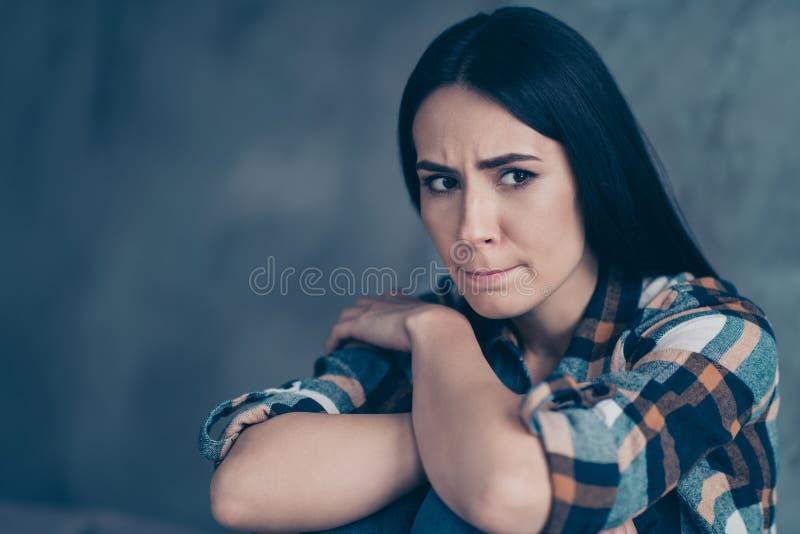 Schließen Sie oben das schöne Foto sie, die ihre Dame hoffnungslose Armhandpalmenknie missfiel, Nerven Fehler machten, Zweifel sa lizenzfreies stockfoto