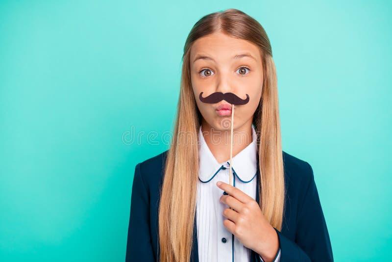 Schließen Sie oben das schöne Foto sie ihr wenig Dame recht hairdress flippiger gefälschter Papierschnurrbart wie Parteiabnutzung lizenzfreie stockfotos