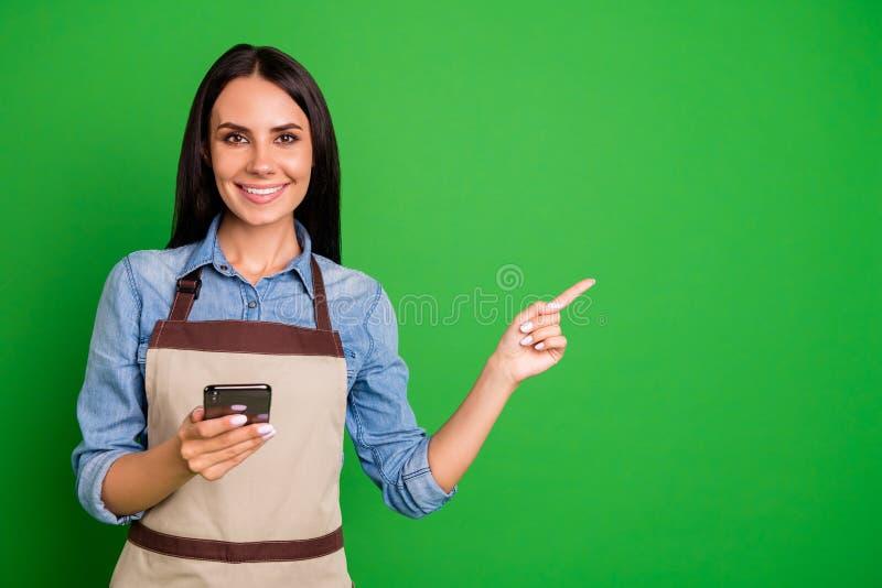 Schließen Sie oben das schöne Foto sie ihre Dame, Hand, diearme den intelligenten Telefonkunden-Kaufkäufer telefonieren, der best lizenzfreies stockfoto