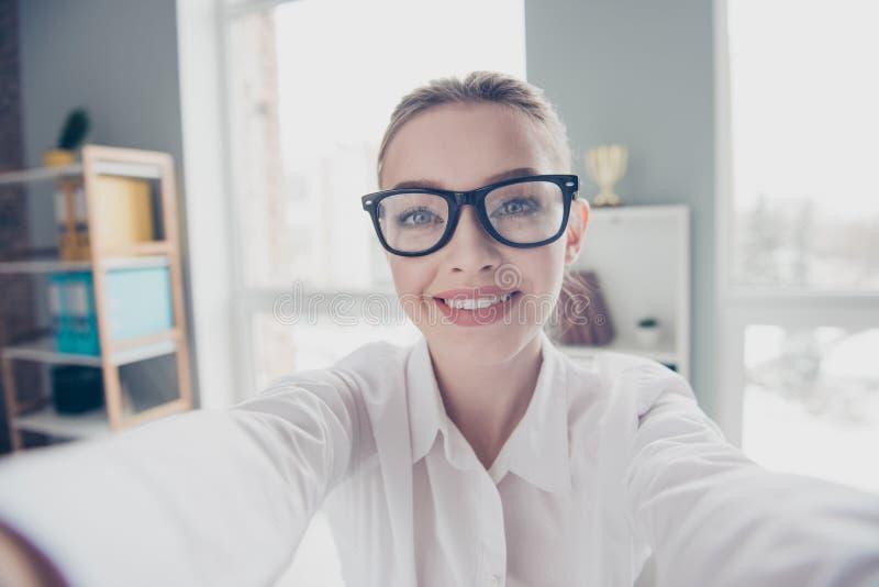 Schließen Sie oben das schöne Foto sie ihre Geschäftsdame Eyewearbrillen, Hand, diearme freundliche toothy Sagenhallo Kollegen te stockfoto