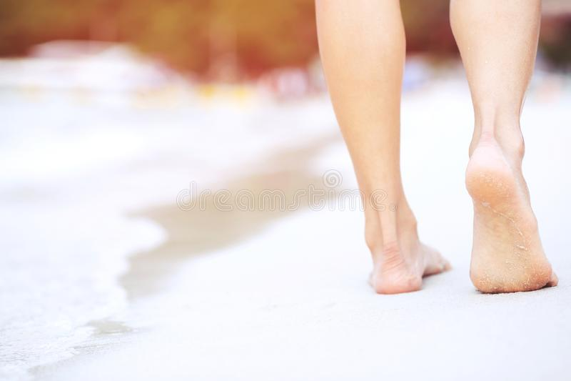 Schließen Sie oben Fußgehen und -abdruck einer Damenfrau vom bloßen an nass lizenzfreies stockbild