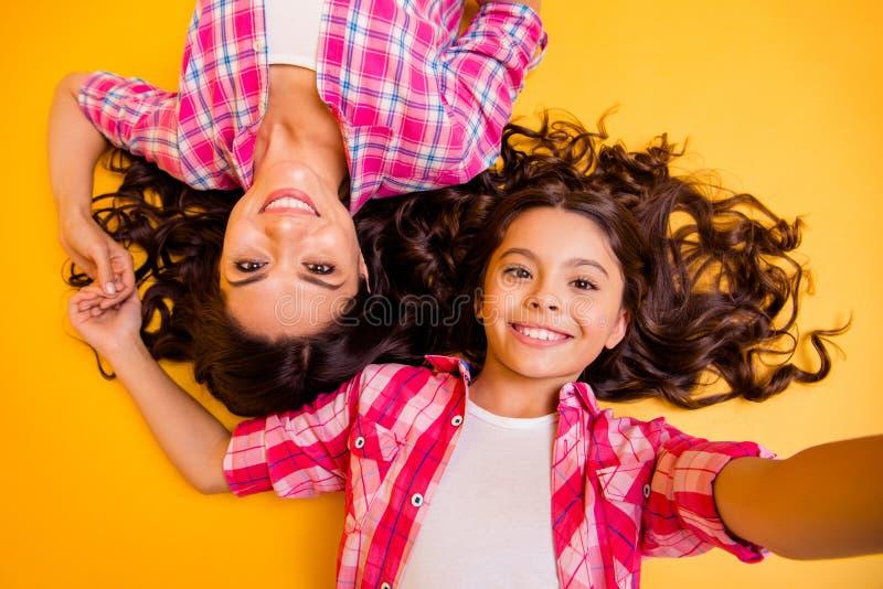 Schließen Sie oben Spitzen über dem hohen schönen Winkelsichtfoto sie ihr Modellmuttertochter-Liebkosungswochenende zu machen, fl lizenzfreies stockbild