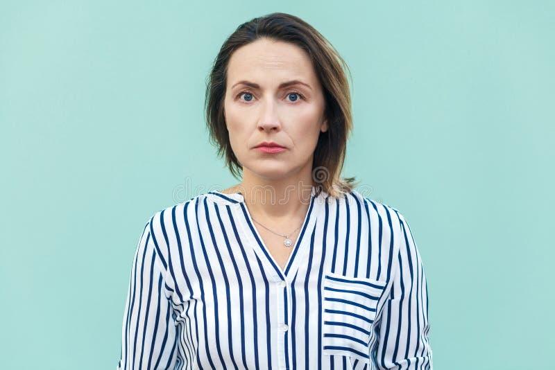 Schließen Sie oben, Stimmungs-Geschäftsfrau des Porträts schlechte Unglückliches Geschäft wom stockfotos