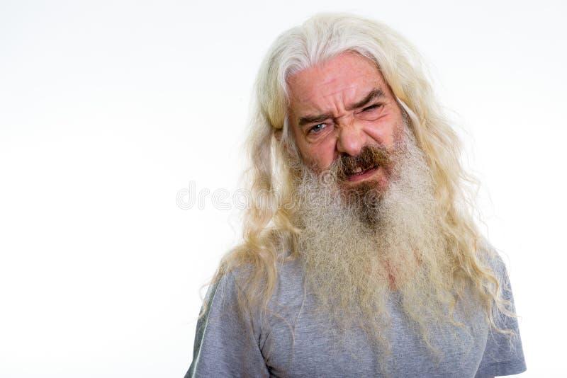 Schließen Sie oben vom älteren bärtigen Mann, der geekelt schaut stockfoto