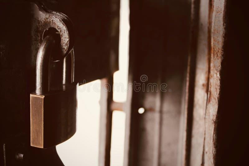 Schließen Sie oben vom alten Hauptschlüssel, der auf schmutziges und Fleckeisentor zugeschlossen wird stockbild