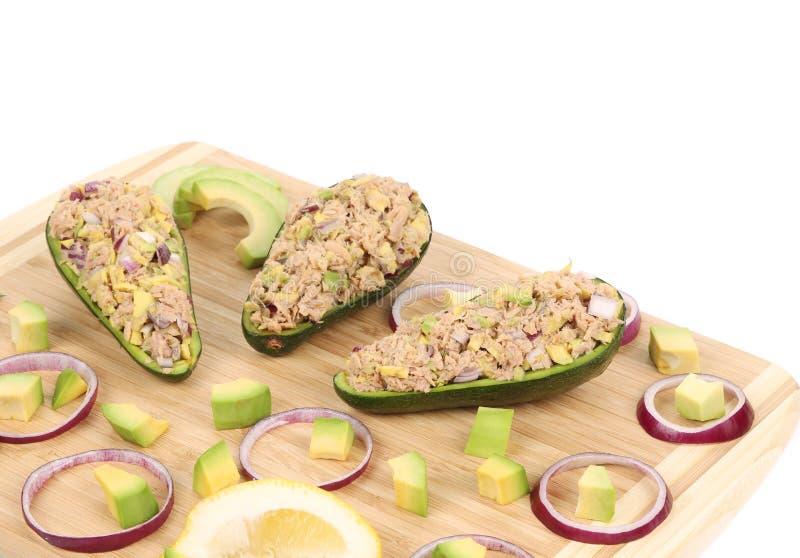 Schließen Sie oben vom Avocadosalat mit Thunfisch stockbild