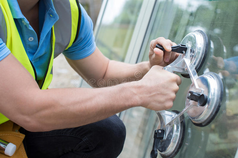 Schließen Sie oben vom Bauarbeiter Preparing To Fit neues Windows stockfotos