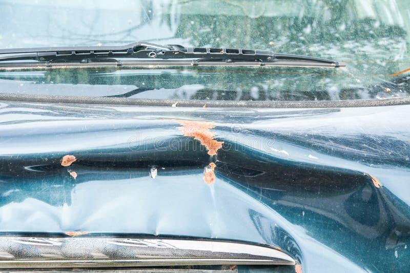 Schließen Sie oben vom blauen Autokofferraum, der den Autounfallunfall und -zusammenstoß auf der Straße im Verkehr beschädigt wir lizenzfreies stockbild