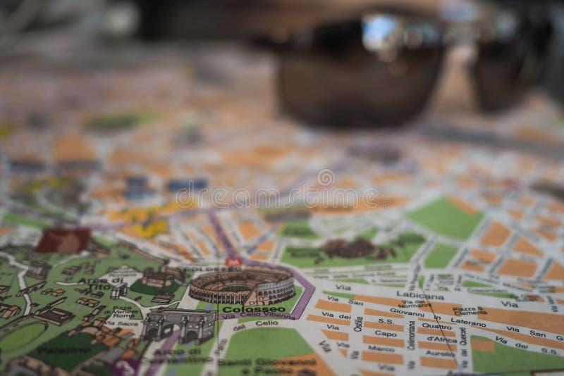 Schließen Sie oben vom Colosseum auf einer touristischen Karte lizenzfreie stockfotos