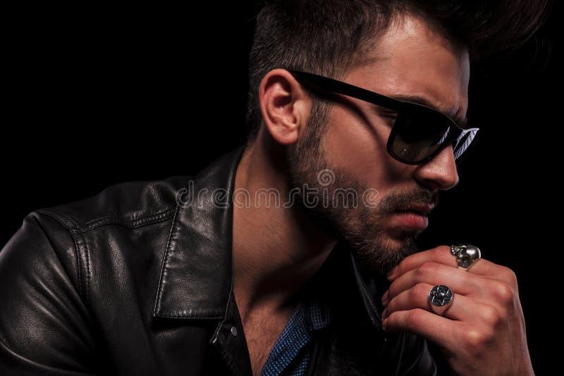 Schließen Sie oben vom durchdachten Modemann mit Sonnenbrille stockfotografie