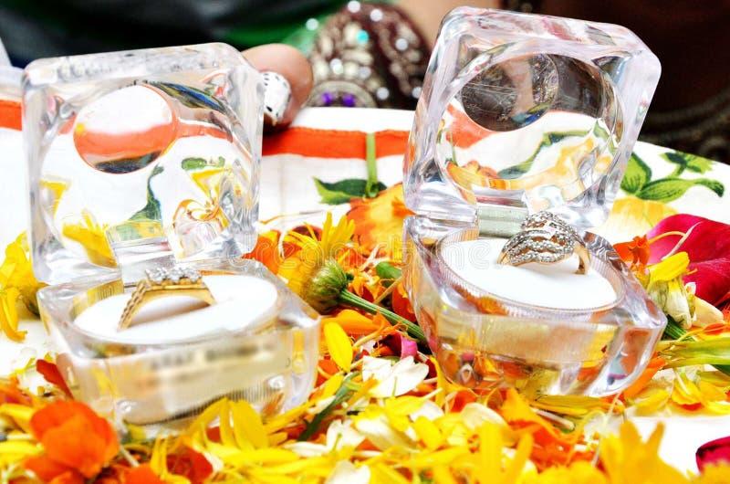 Schließen Sie oben vom Ehering im Kasten an der Hochzeitszeremonie stockbild