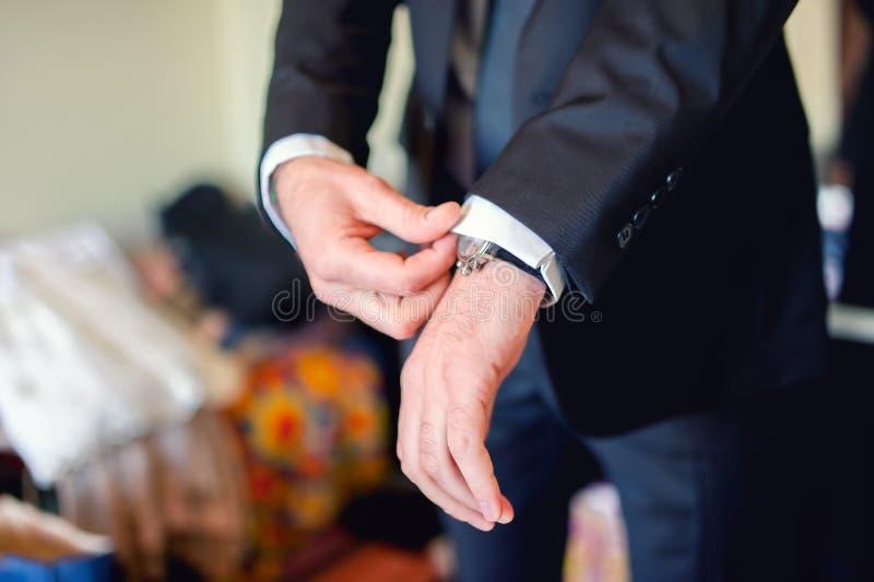 Schließen Sie oben vom eleganten Mann, Bräutigamhände mit Klagen, Ring, Krawatte lizenzfreie stockbilder