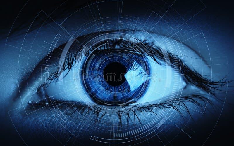 Schließen Sie oben vom Frauenauge im Prozess des Scannens Identifizierungs-Geschäfts-Internet-Technologie-Konzept stockfoto