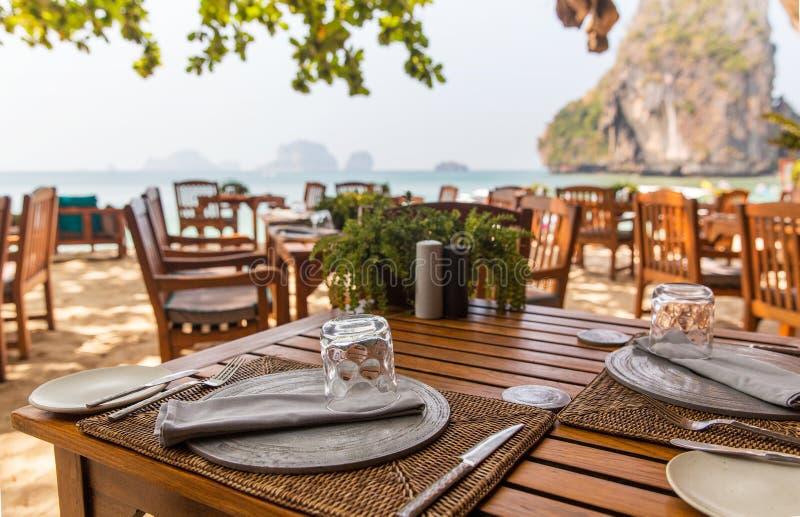 Schließen Sie oben vom Freiluftrestaurant auf Strand stockfoto