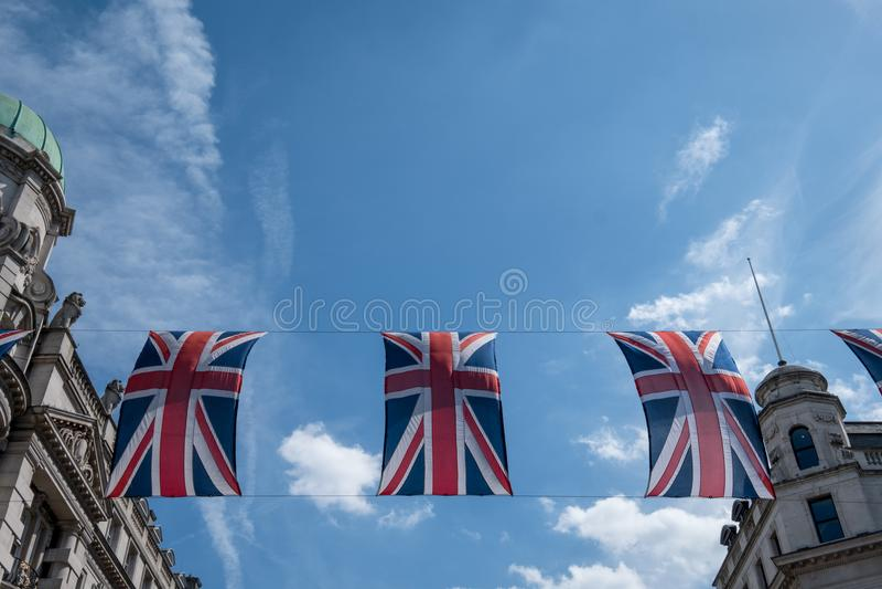Schließen Sie oben vom Gebäude auf Regent Street London mit Reihe von britischen Flaggen, um die Hochzeit von Prinzen Harry zu Me lizenzfreies stockbild