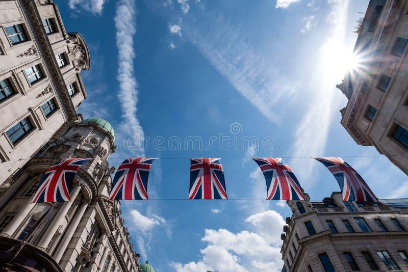 Schließen Sie oben vom Gebäude auf Regent Street London mit Reihe von britischen Flaggen, um die Hochzeit von Prinzen Harry zu Me lizenzfreies stockfoto