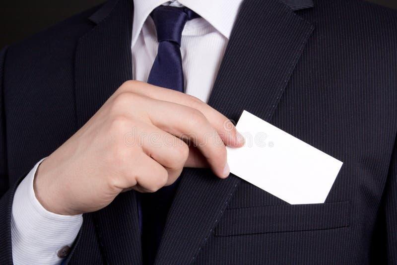 Schließen Sie oben vom Geschäftsmann, der Visitenkarte aus seiner Klage PO heraus hält stockbild