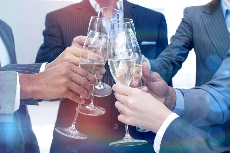 Schließen Sie oben vom Geschäftsteam, das mit Champagne röstet lizenzfreies stockbild