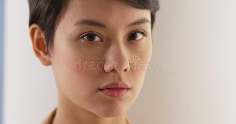 Schließen Sie oben vom Gesicht der ernsten Asiatin stockfotos