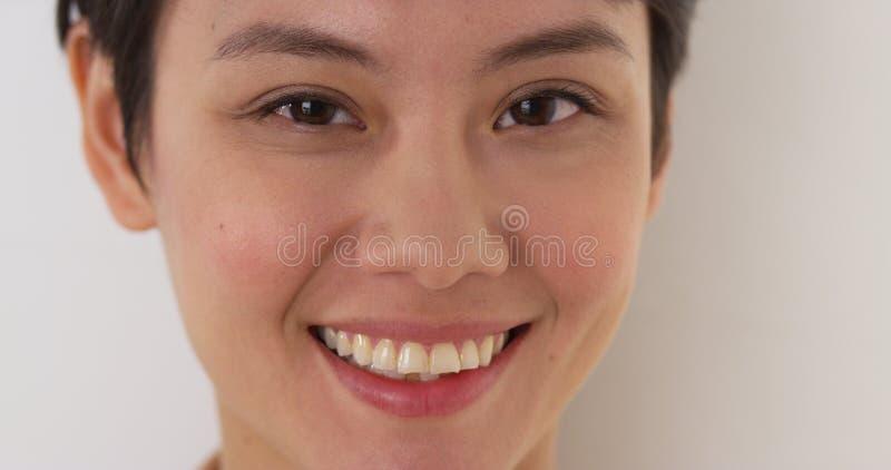 Schließen Sie oben vom Gesicht der glücklichen Chinesin stockfotos