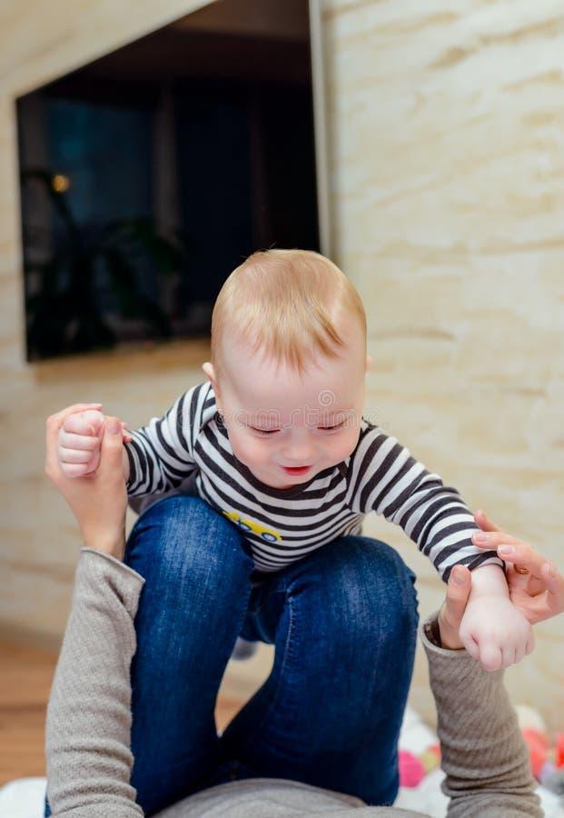 Schließen Sie oben vom glücklichen Baby mit spielerischem Elternteil stockfoto