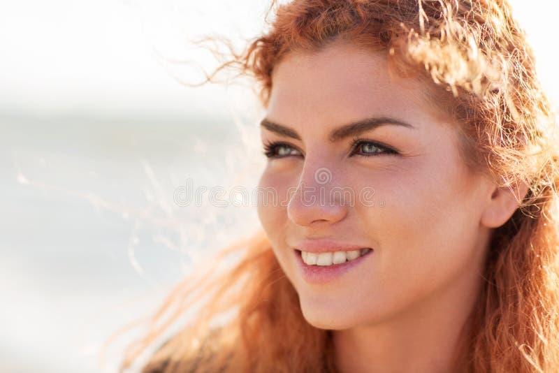 Schließen Sie oben vom glücklichen jungen Rothaarigefrauengesicht stockfoto