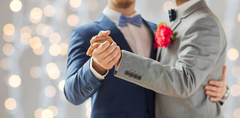 Schließen Sie oben vom glücklichen männlichen homosexuellen Paartanzen stockfoto