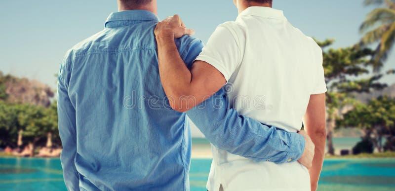 Schließen Sie oben vom glücklichen männlichen homosexuellen Paarumarmen stockfotografie
