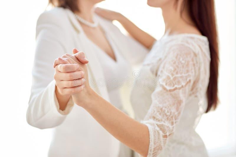 Schließen Sie oben vom glücklichen verheirateten lesbischen Paartanzen stockfoto