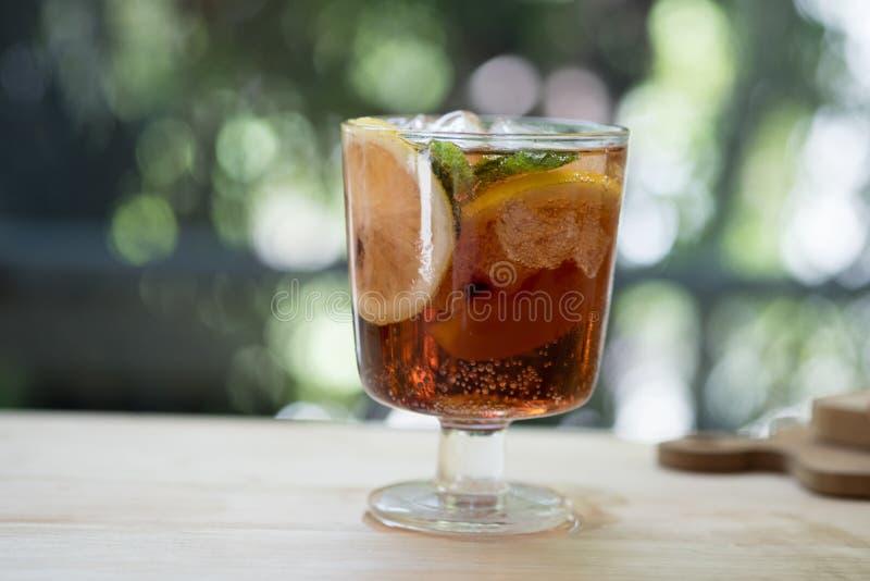 Schließen Sie oben vom Glas mit schöner Auffrischungskalkscheibe und -pfirsich lizenzfreie stockbilder