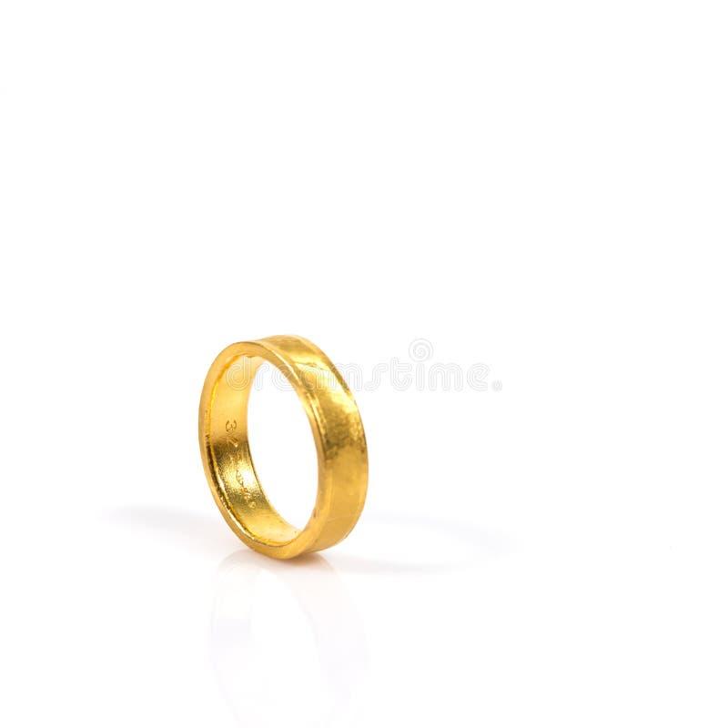 Schließen Sie oben vom goldenen Ehering auf weißem Hintergrund stockbild