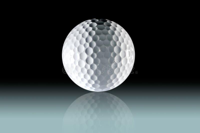 Schließen Sie oben vom Golfball auf gradated hellem Hintergrund lizenzfreie stockfotografie