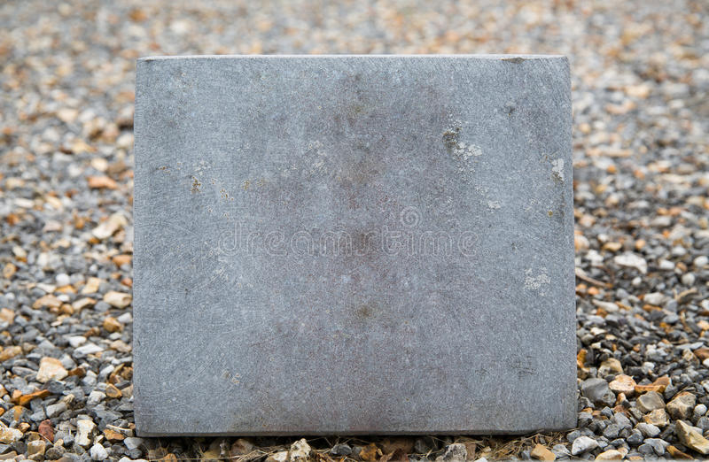 Schließen Sie oben vom Grabstein oder von der Erinnerungssteinplatte lizenzfreies stockfoto
