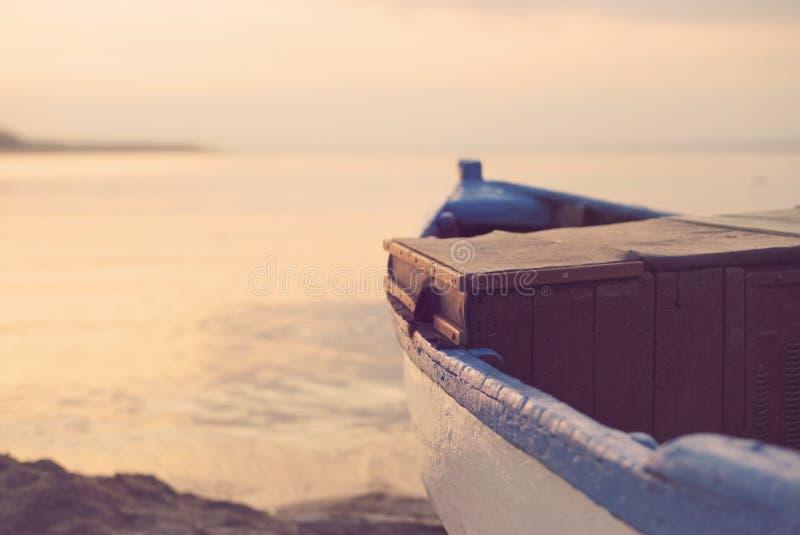 Schließen Sie oben vom hölzernen blauen Boot auf dem Strand Weinlese-Filter-Schauen lizenzfreie stockfotos
